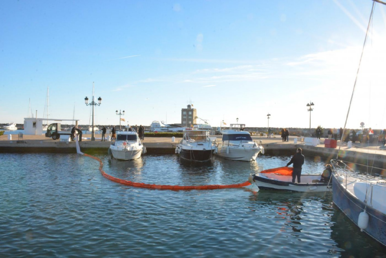 El Puerto de Sotogrande realiza un simulacro de vertidos contaminantes al mar
