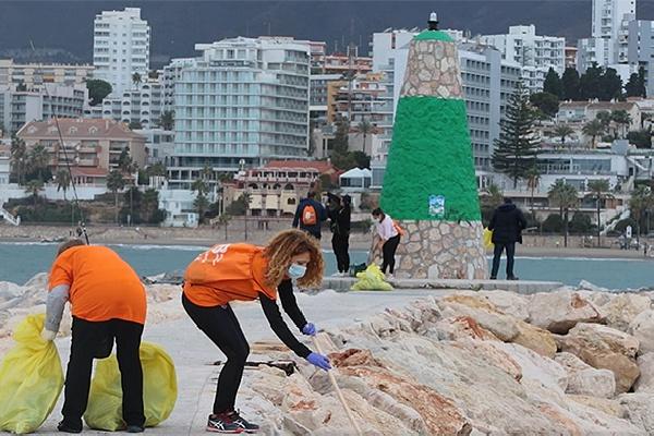Celebrada la II Jornada de Limpieza en el Puerto Deportivo de Benalmádena